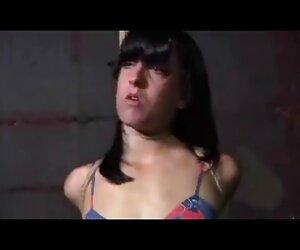 Chica disfrutando follando con dos travestis de placeres anales