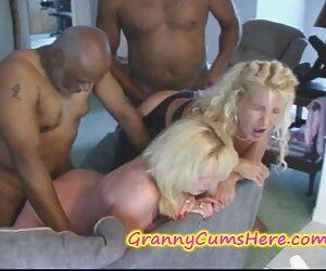 Chica con jarras grandes jugando a las cartas y negros follando transexuales desnudándose