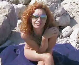 Jovencita morena tetona se folla con un juguete en ver videos de sexo de travestis la cocina